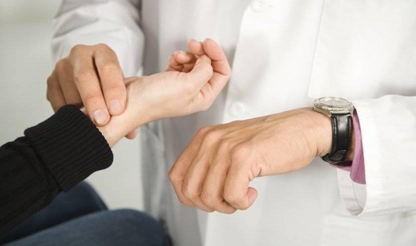 Измеряем у человека пульс