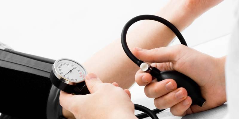 Доктор проверяет давление